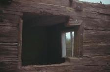 Rozbiórka XVIII w. chałupy zrębowej, pierwotnie z podcieniem pełnoszczytowym - Bobowo