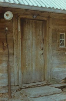 Drzwi w ścianie podwórzowej w dworku z połowy XIX wieku - Mirotki