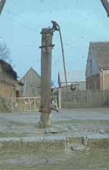 Pompa w drewnianiej obudowie - Górki
