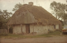 XVIII-wieczna chałupa murowana z pacy z pełnoszczytowym podcieniem, dach z naczółkami