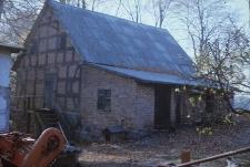 XVIII-wieczny spichlerz konstrukcji szkieletowej z dobudówką z XX wieku - Dąbrówka