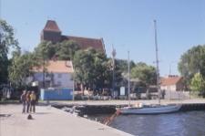 Przystań rybacka. W tle średniowieczny kościół farny - Puck