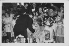 Tadeusz Czapliński z dziećmi w czasie imprezy choinkowej