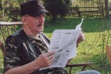 Jerzy Dąbrowa-Januszewski czytający gazetę