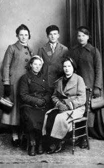 Natalia Uzarek (siedzi pierwsza z prawej)