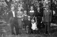 Edward Chmielewski z żoną Marią, Maria i Teresa Zacha, Wacław Jurałowicz oraz dzieci