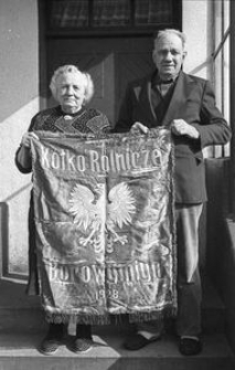 Maria i Augustyn Rudnikowie prezentują sztandar Kółka Rolniczego (KR) w Borowym Młynie z 1928 r. KR założono w 1924 r.