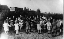 Dzieci z polskiej szkoły mniejszościowej z nauczycielem Marcelim Laboniem
