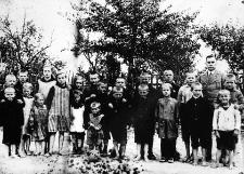 Uczniowie polskiej szkoły w Płotowie z nauczycielem Stanisławem Ledóchowskim
