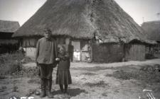 Dzieci przed domem w osadzie Zalesin (obecny teren poligonu wojskowego Wicko Morskie)