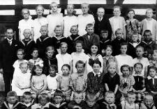 Nauczyciel Friedrich Horn z uczniami