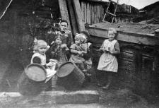Gromadka rozbawionych dzieci w obejściu gospodarczym rodziny Gliefe