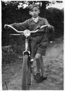 Jan Król, syn Rozalii i Stefana z własnym rowerem
