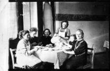 Kadra przedszkolna Państwowego Gospodarstwa Rolnego w Pieńkowie z szefową kuchni Stanisławą Elżbietą Elzanowską (siedzi pierwsza z prawej, obok niej wnuk Jerzy)