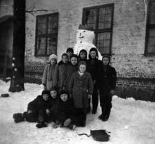 Grupa uczniów na dziedzińcu szkoły w Smołdzińskim Lesie