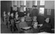 Uczniowie klasy III szkoły podstawowej z nauczycielką Marią Ziomek-Prus