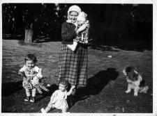 Aniela Uzarek z wnuczkami Danutą Uzarek (na rękach) i Krystyną Ługowską w sadzie