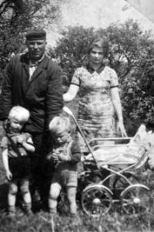 Henryka i Wacław Jurałowiczowie. Dzieci od lewej: Leszek, Andrzej, Wioletta