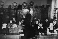 Uczniowie Szkoły Podstawowej w Lubuniu z nauczycielką Krystyną Chuszcza. Wśród uczniów m.in. Mirosław Lewandowski i Franciszek Zawada