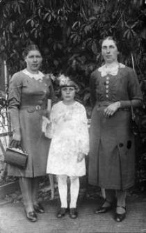 Komunia Genowefy Kacprzak. Obok matka Genowefy, Eleonora i siostra Józefa