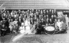 Zespól muzyczny w składzie: Stefan Gąsiorowski (saksofon), Tadeusz Misztal (saksofon), Roman Zub (akordeon), Zdzisław Kurowski (perkusja) na uroczystości weselnej