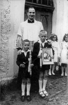 Pierwsza Komunia. Ksiądz Edmund Radtke proboszcz parafi w Wytownie w latach 1959-1972