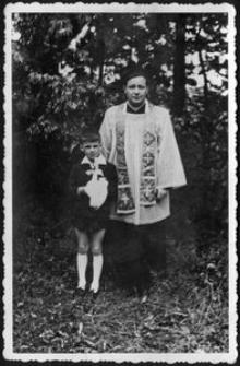 Pierwsza Komunia Adama Bławata, ksiądz Stanisław Augustyńczyk