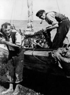 Suszenie sieci rybackich. Rybacy: Edmund Motzke i Franz Pagel