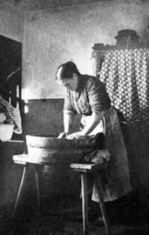 Berta Theil przy praniu bielizny
