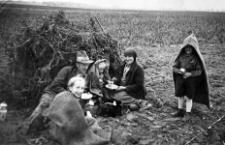 Posiłek po ciężkiej pracy przy kopaniu ziemniaków. Maria i Willy Gliefe z dziećmi