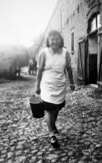 Elisabeth Duske przy oborze