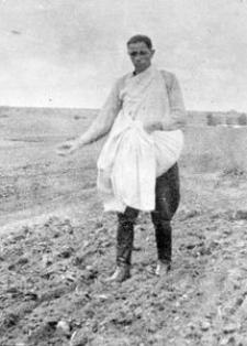 Osadnik wojskowy Antoni Sikorski podczas siewu pszenicy