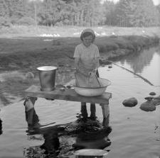 Pranie na tarze w rzece
