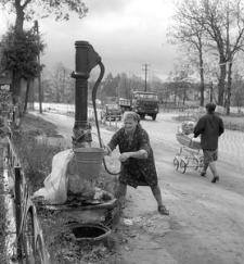 Stanisława Lis przy pompie ręcznej