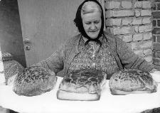 Pani Kuklińska-Garbek z upieczonym przez siebie chlebem
