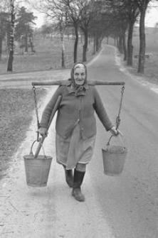 Helena Janicka niesie wodę (w niektórych gospodarstwach brakowało studni)