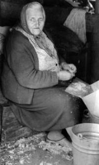 Aniela Reszka z Borowego Młyna przy darciu pierza