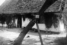 Rodzina wiejska przed najstarszym domem w Machowinie wybudowanym w 1777 r.