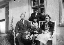 Paul Damaschke, Emil Bäcker, Martha Bäcker z d. Damaschke, Dieter Bäcker, Erfried Damaschke przed domem w Sycewicach