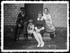 Franciszek i Aniela Uzarek, córka Lucyna Tess, wnuczka Krystyna Ługowska na stopniach przed drzwiami do spichlerza