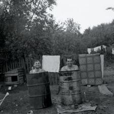 Gospodarze po ciężkiej pracy korzystają z chłodnej kąpieli w beczkach. Od lewej: Józef i Czesław Cekała