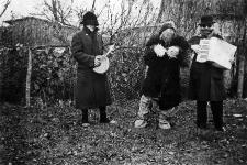 Grupa przebierańców z noworocznym niedźwiedziem