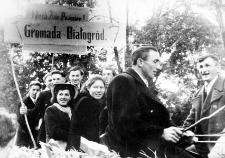 Grupa osadników z Białogardy w drodze na obchody dożynkowe