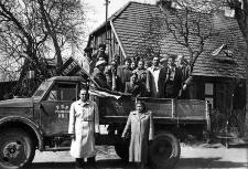 Delegacja PGR-u Pieńkowo przed wyjazdem na obchody pierwszomajowe