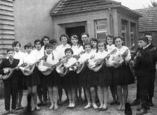 Zespół mandolinistów przed budynkiem Gromadzkiej Rady Narodowej (GRN)