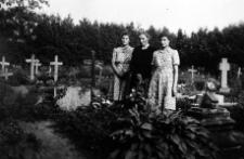 Irmgard, Berta i Magdalene Woggon odwiedzają groby bliskich
