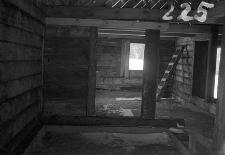 Chata zrębowa - ściana i drzwi z alkierza do izby starków - Piechowice [5]