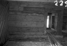 Chata zrębowa - ściana i drzwi z wielkiej izby do sieni - Lipuska Huta [4]