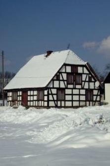 Budynek mieszkalny w Bruskowie Wielkim zimą (3)