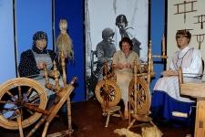 Prządka przy kołowrotku w Muzeum Kultury Ludowej Pomorza w Swołowie (1)